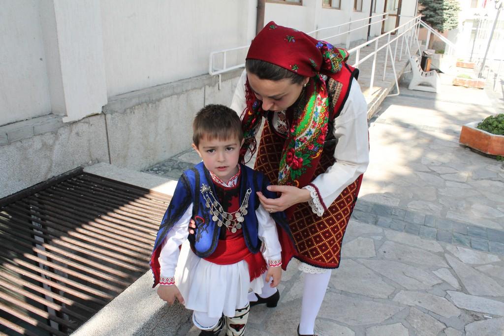 Феерия от пъстри носии на уникален празник в Добринище