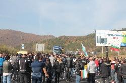 Протест срещу високите цени горивата блокира Е-79