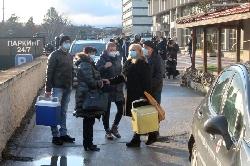 С надежда и полицейски ескорт ваксините срещу COVID-19 отпътуваха от Благоевград за болниците в Пиринско