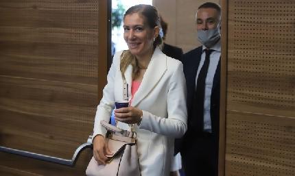 НиколиАнгелкова изненада колегите си в НС с напълно нова визия