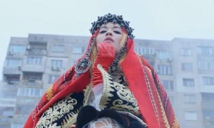 Британската певица Рита Ора снима клип с българска носия насред панелките в Перник
